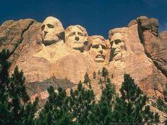 El Monte Rushmore no sólo es el atractivo turístico más visitado de Dakota del Sur, sino que, además, es la más icónica representación de los primeros 150 años de la historia americana. Con 1,745 metros sobre el nivel del mar, esta famosa escultura contiene las cabezas de George Washington, Thomas Jefferson, Theodore Roosevelt y Abraham Lincoln.  Hoy en día, el Monte Rushmore cuenta con aceras y sendas peatonales que te permitirán observarla de cerca.