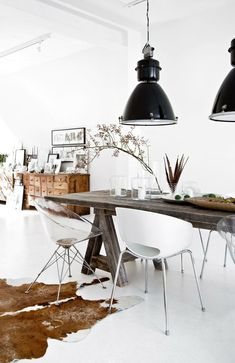 Large Metal Dome Pendant Lights in an industrial dining room with cowhide rug and scandi chairs via Westwing Modern Industrial Decor, Industrial Interior Design, Industrial Dining, Industrial Style, Vintage Industrial, Decoration Design, Deco Design, Dining Room Lighting, Dining Room Design