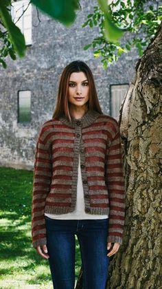 Den helt enkle trøje får karakter af striberne i to farver og i to helt forskellige garntyper – hvoraf den ene giver et let, transparent look.