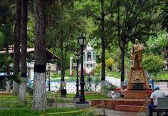 Plaza Bolívar y al fondo, capilla de la Virgen del Carmen - San Simón Estado Táchira.