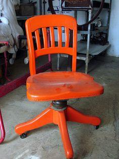 Great color to modernize an old chair.     Très bonne couleur pour moderniser une chaise ancienne.