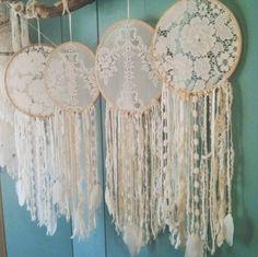 - Craft Show Display Ideas fotoshooting deko ideen Doily Dream Catchers, Dream Catcher Boho, Dream Catcher Wedding, Hoop Dreams, Craft Show Displays, Display Ideas, Boho Baby Shower, Bohemian Decor, Boho Wedding