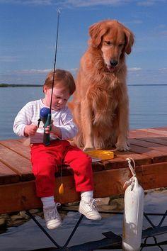 Niñito, por que pescas nosotros los perros y los pequeños niños estamos hechos para aprovechar nuestros amos nos dan TODO, contando la comida!!!!
