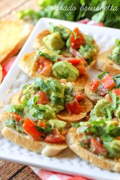 Guacamole Bruschetta - a simple, quick and delicious appetizer filled with tomato and avocados! Yummy Appetizers, Appetizer Recipes, Popular Appetizers, Tailgate Appetizers, Salsa Guacamole, Little Lunch, Bruchetta, Cooking Recipes, Healthy Recipes