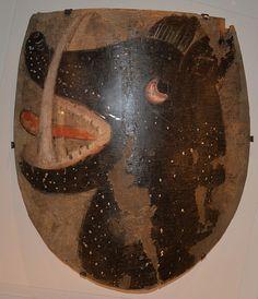 «Ce bouclier provient de Döderhult en Småland et a été trouvé dans la pièce de la tour de l'église de Kristdala. Il a probablement appartenu à Lyder ou Henrik Svinakula, qui possédaient des fermes dans la région dans les années 1300. Il est de conception semblable aux boucliers utilisés durant les guerres à cette époque, bien qu'il ne soit pas sûr qu'il ait servi durant celles-ci. Les armes sur le bouclier ont été peintes à la détrempe.»
