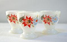 3 coquetiers Arcopal - 8€ En opalex sérigraphié fleurs rouges et bleues (plus clair que sur la photo).  - Cuisine vintage - La Mère Lipopette- Vintage, brocante et enfantillages