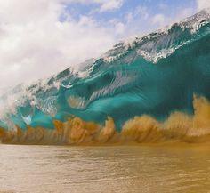 Questo surfista si tuffa nelle onde più alte del mondo. E ciò che fotografa è spettacolare!