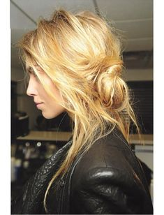 Obsessed with this tomboy ballerina French girl-inspired banana bun hairstyle.