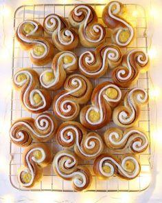 Elins gule bomber - Krem.no Panna Cotta, Baking, Desserts, Food, Tailgate Desserts, Dulce De Leche, Deserts, Bakken, Essen