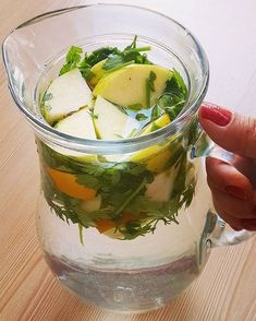 Günaydın arkadaşlar ✋ Sizinle kendim denediğim etkisini çok çabuk hissettiğim ödem atmak için yaptığım suyu paylaşmak istiyorum. İçerisinde; Yarım limon 1 yeşil elma 1 kabuk tarçın 1 parça kök zencefil 3-4 dal maydanoz Üzerine sürahinin aldıgı kadar su koyup bütün gün suyumu bu şekilde içiyorum. Hem tok tutuyor hem de ödem-şişlik hepsini atıyor. Ödem olduğunu hissedenler mutlaka deneyin