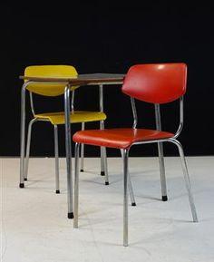 vanlege stoler på 1950 tallet hadde ofte stålbein med litt harde seter og en rygg.
