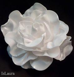 Ecco finalmente il tutorial per fare i fiori utilizzando i cucchiai di plastica. Per realizzare questi fiori con i cucchiai io procedo in un modo differente da quello che si può trovare su web. Due sono le differenze…