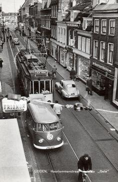 De Gele tram begint aan zijn rit. Haarlemmerstraat vlakbij de haven, Leiden eind 50er jaren.