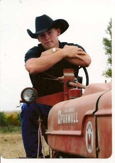 I think his tractor is sexy Tractor Senior Pictures, Country Senior Pictures, Farm Pictures, Senior Pictures Sports, Senior Photos, Senior Session, Senior Posing, Boy Photos, Family Pictures