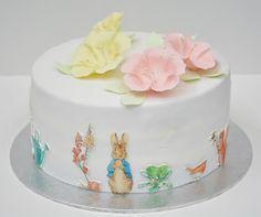 Tarta Peter Rabbit. Elaborada en fondant y papel de azúcar.