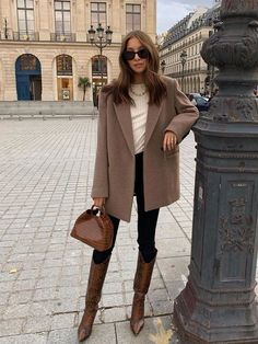 The Minimalist Outfit: A T-Shirt, Blazer, Jeans, Bag, and Knee-High Boots Winter Fashion Outfits, Fall Winter Outfits, Denim Fashion, Look Fashion, Autumn Winter Fashion, Girl Fashion, Blazer Fashion, Winter Dresses, Classic Fashion Style