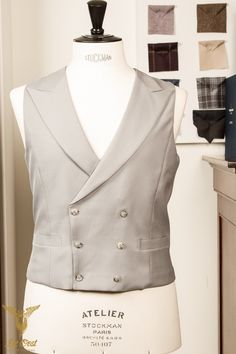 Handgemaakt zilver grijs 6 knoops double breasted vest met peak lapels. Handmade silver-grey 6-button double breasted waistcoat with peak lapels 1