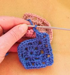 Ristiin rastiin: Isoäidinneliöitten kiinnitys viimeisellä kerroksella Crochet Earrings