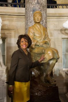 Historical moment today at US Capital, Rosa Park, mother of civil right movement honor with a statue #RT #CBC #Politics #Obama #Team1906