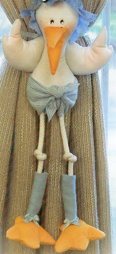 Cigueña bebè sujeta cortina. Explicaciones y moldes en: http://grupos.emagister.com/documento/_iexcl_cortinas_coquetas_/1009-677575