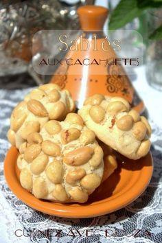 Sablé fondant voire très fondant aux cacahuètes : du beurre de cacahuète dans la pâte et des demi cacahuètes pour la déco. Ce gateau algérien du Ramadan