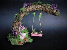 Diese bezaubernde Fee Schaukel wird die wählerischsten Fae anziehen! Dicke Scheibe aus Holz als Basis die sanfte Kurve des Schwungs ruft ein Brücke-Feel und ist bedeckt mit Moos und Burgund Filialen. Die Schaukel selbst reagiert mit Hanfseil, rosa, gestrichen und ist übersät mit Moos und Blumen. Rosa Blüten klettern die Basis und gebogenen Stick. Robust und mit einem sehr wasserdicht Acryl versiegelt, diese Schaukel in einem etwas geschützten Fee Garten schön gehen wird:) Ungefähr sechs Zoll…