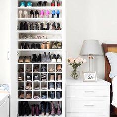 Uma sapateira com espaços super bem distribuídos e ocupando bem pouco espaço. Adorei a idéia!!!