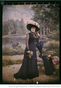 Jeune femme à l'ombrelle : portrait en pied:   photographie Clément Maurice.  Autochrome photo, c. 1910-