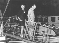 Greta Garbo scende dal panfilo dei Duchi di Windsor a Portofino (1950-1955 ca.) #Gretagarbo #Portofino #Riviera #Hollywood #Duchidiwindsor