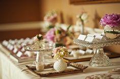 Piegate in due (il nome da una parte, il tavolo dall'altra) e disposte ordinatamente su un tavolo