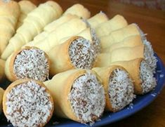 Cachitos Con manjar - Reposteria Chilenakkvq ygñkhgcvnvkbibvuvtxllhffg que que xdbwz Chilean Recipes, Chilean Food, Pan Dulce, Pastry And Bakery, Latin Food, Cake Servings, Dessert Recipes, Desserts, Mini Cakes