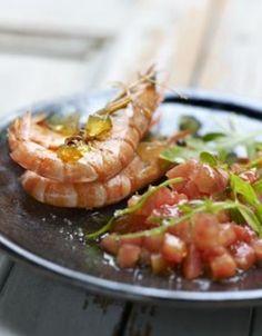 Crevettes sautées, tartare de tomates au basilic, gelée corsée