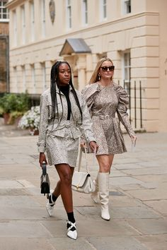 Click through to see the latest London Fashion Week street style shots from the spring 2020 shows happening in London this week. Top Street Style, Asian Street Style, Japanese Street Fashion, Spring Street Style, Street Style Women, Spring Summer Fashion, Autumn Fashion, Street Chic, Grunge Fashion
