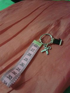 llavero con cinta de medir y botones