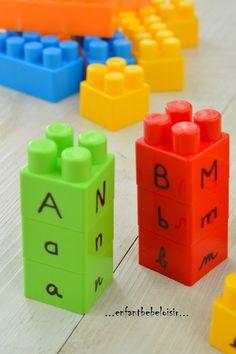 Uppercase/lowercase/cursive match with Legos! Une petite idée sympa pour comprendre et associer les lettres bâtons, lettres minuscules et les cursives... avec quelques légos tout simplement