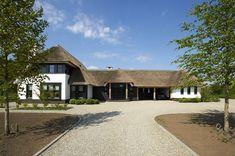 Exclusieve villa op de veluwe met rieten dak en eikenhouten accenten, zwart gepotdekseld delen en wit keimwerk - 01 Architecten - Ontworpen door Dennis Kemper tijdens de periode dat hij bij EVE-architecten werkte.