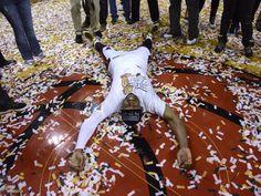 Dwyane Wade hat es umgehauen: Nach sieben Finalspielen ist er mit den Miami Heat zum dritten Mal NBA-Champion. (Foto: Rhona Wise/dpa)