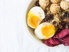 Recette végétarienne healthy. Quinoa aux raisins secs, oeufs mollets tièdes, billes de chèvres recouvertes de graines de lin, chips de betterave, rondelles de betteraves déshydratées