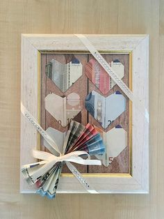 Tutorial/Anleitung: Geld falten Herzen – DIY Hochzeitsgeschenk im Bilderrahmen money wrinkle heart Related posts: Tutorial / Instructions: Money fold hearts – DIY wedding gift in picture frame Money Gift for Wedding – Wooden World Map with Money Diy Gifts Paper, Diy Presents, Frame Crafts, Diy Frame, Don D'argent, Cadre Photo Diy, Marco Diy, Creative Money Gifts, Folding Money