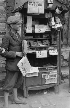 Esta imagen de un vendedor de periódicos en el gueto de Varsovia, el mayor de Europa, fue tomada de manera clandestina en 1941 por el soldado y fotógrafo alemán Willy Georg.