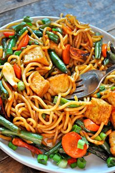 Vegan Garlic Sriracha Tofu Yakisoba - Rabbit and Wolves