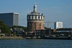 De 48 meter hoge watertoren in De Esch is de oudste nog bestaande watertoren van Nederland. De toren kent zeven waterreservoirs met een inhoud van een miljoen liter. In de toren zitten nu deels een restaurant en enkele woningen. Foto: Cor Versluis