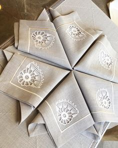 How do these elegant napkins form a whole? How do these elegant napkins form a whole? Ka To the right, … too # all # true # how Crochet Wall Art, Crochet Quilt, Crochet Tablecloth, Hardanger Embroidery, Embroidery Stitches, Kitchen Tablecloths, Doilies Crafts, Embroidered Towels, Boho Home