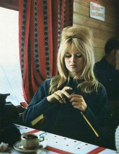 BRIGITTE BARDOT Knitting My favorite Bond Girl.a knitter too! Obviously sexy and knitter are one and the same. Love Knitting, Knitting Humor, Vintage Knitting, Knitting Quotes, Knitting Club, Brigitte Bardot, Divas, Emmanuelle Béart, Isabelle Adjani