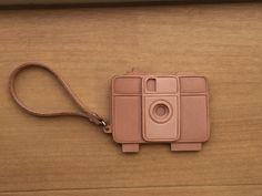 ハンドメイドマーケット+minne(ミンネ)|+ヌメ革のカメラ型キーホルダー