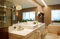 O banho da suite do casal, leva revestimentos sofisticados como o limestone e mármore travertino.
