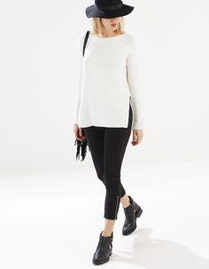 Langer Pullover mit seitlicher Öffnung