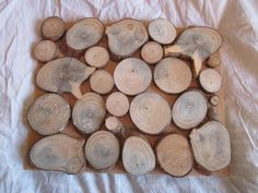 houten schijven op bord No. 1 gezaagde schijven van tak, gelijmd op een bord. als decoratie aan de muur; als onderzetter aan tafel; als display voor verkoop van sieraden.