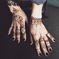 Mehndi Designs will blow up your mind. We show you the latest Bridal, Arabic, Indian Mehandi designs and Henna designs. Simple Henna Tattoo, Henna Tattoo Hand, Henna Body Art, Henna Tattoo Designs, Henna Mehndi, Mehendi, Tribal Henna, Tattoo Mandala Feminina, Tattoo Feminina
