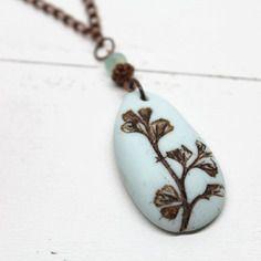 Esprit botanique - collier pendentif galet plante sauvage - pâte polymère, verre de bohême et chaîne cuivre rouge -